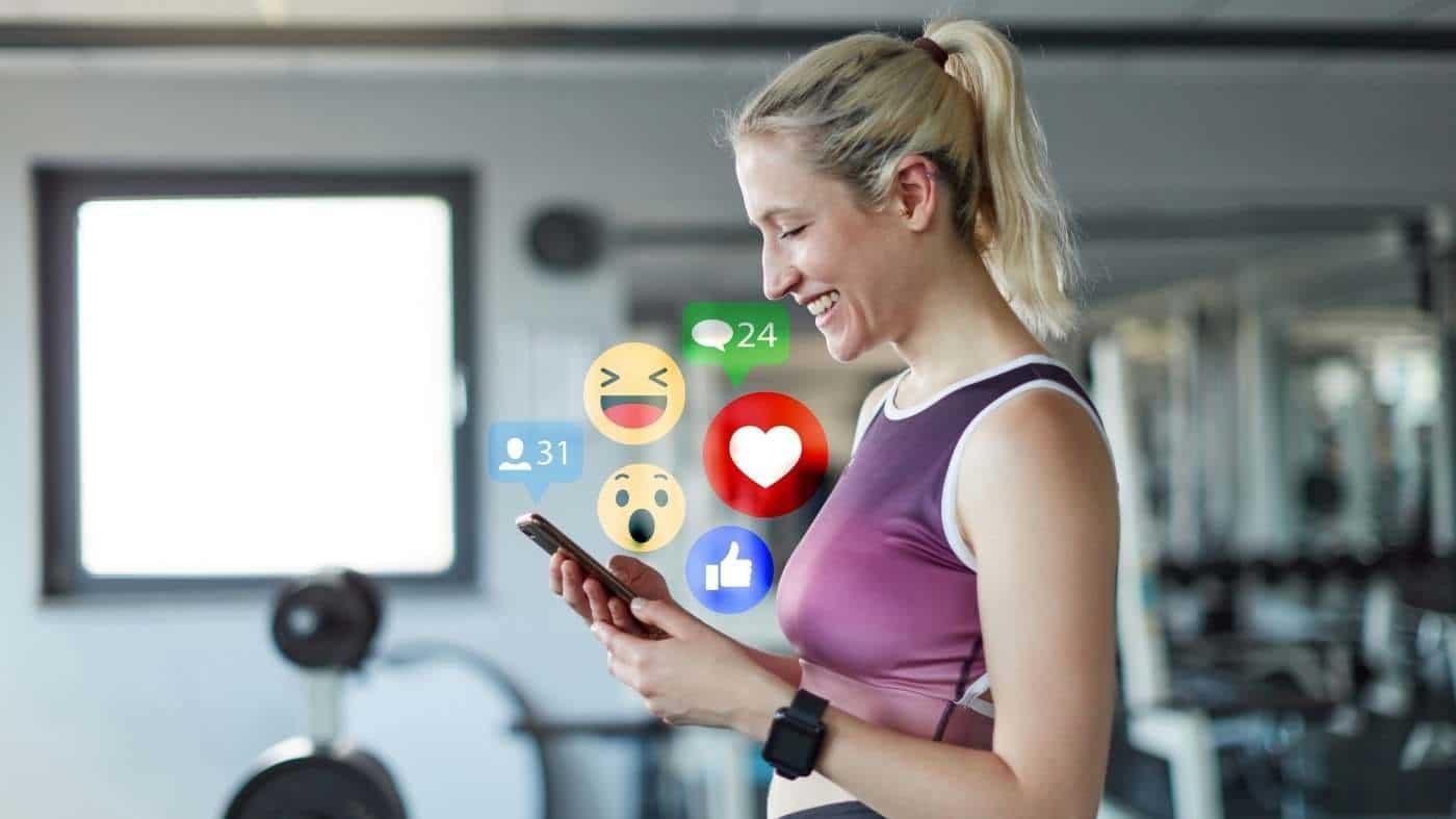 mujer dando likes y poniendo comentarios en redes sociales